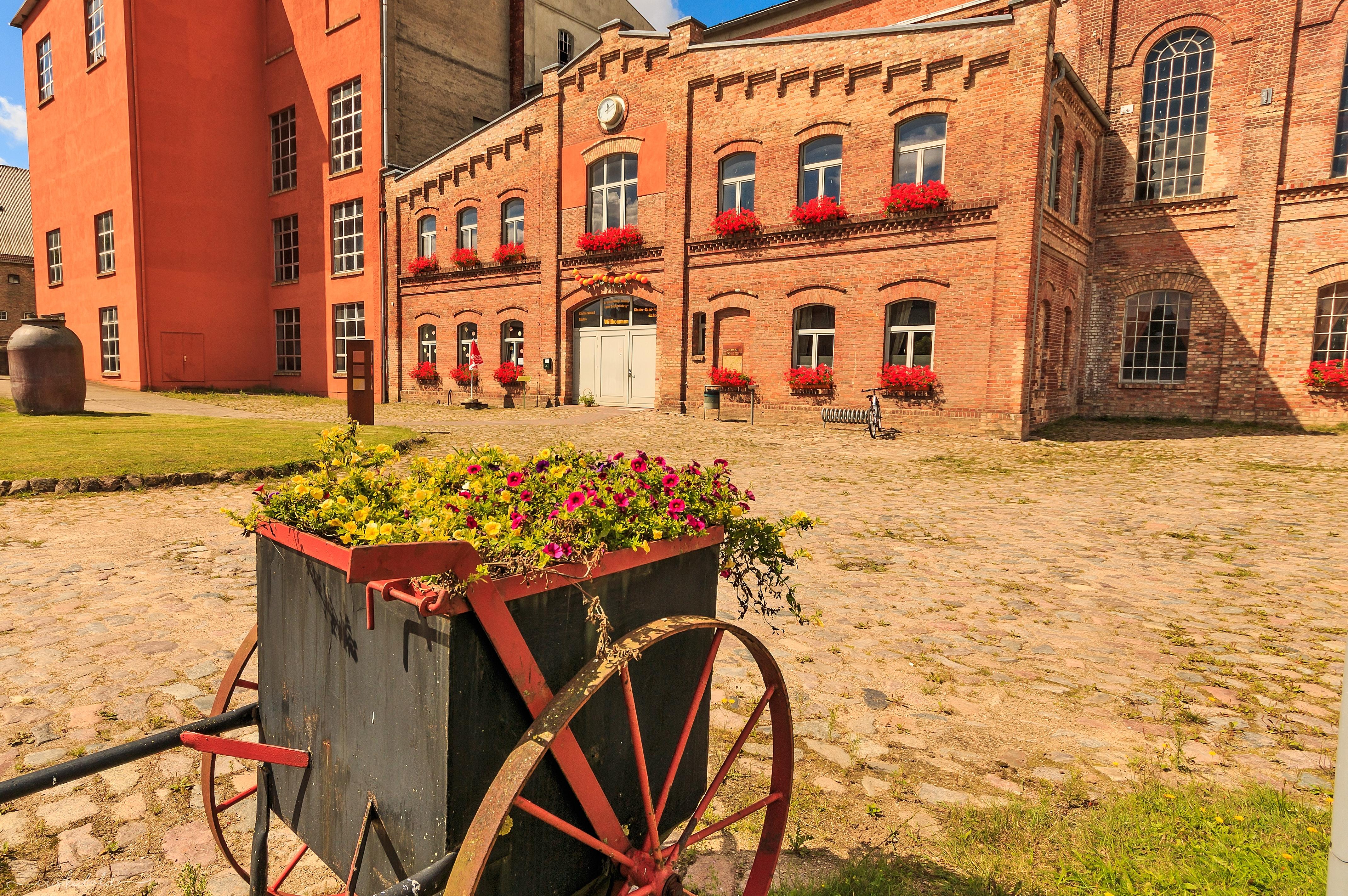Alte-Zuckerfabrik-Vorderseite-2-Blumenwagen-